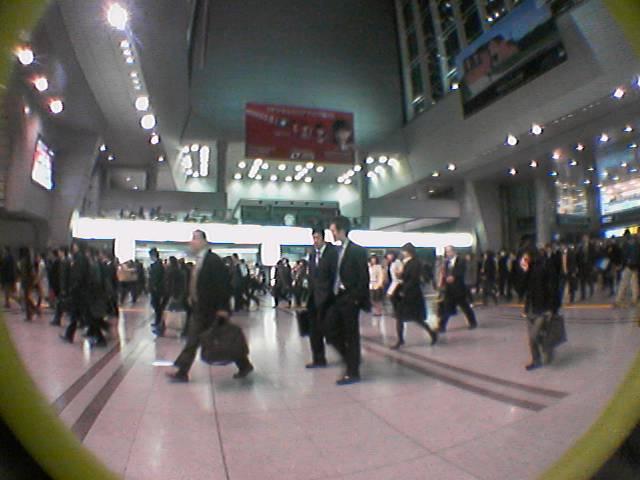品川駅 人 湧いてくる 夕方6時